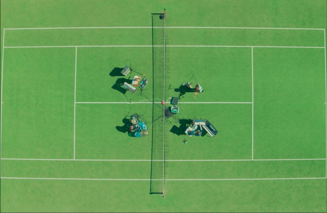Le groupe australien de musique indie alternative Palace Winter et son single Won't Be Long en live session sur un terrain de tennis vue d'au dessus