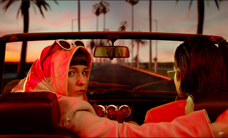 Clip du single Fool Me Now de la chanteuse française & britannique Sôra x Jazir : un homme et une femme dans une voiture
